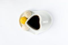 De kop van de hartkoffie met dessert Stock Afbeelding