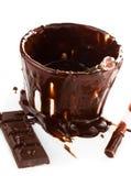 De kop van de hete donkere stroom van de chocoladecacao op witte achtergrond, sluit omhoog Royalty-vrije Stock Foto's