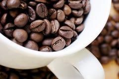 De kop van de koffie bonen Stock Afbeeldingen