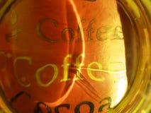 De kop van de koffie die door glas wordt gezien stock afbeelding