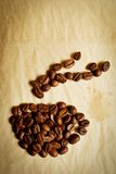 De kop van de koffie die van koffiebonen wordt gemaakt Stock Foto's
