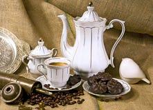 De kop van de koffie en koffiebonen royalty-vrije stock foto's