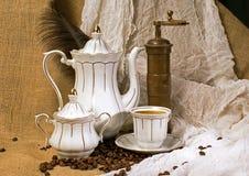 De kop van de koffie en koffiebonen stock foto's