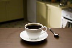 De kop van de koffie in keuken stock afbeelding