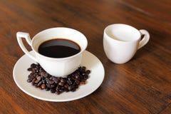 De kop van de koffie met de Bonen van de Koffie en melk op grunge wo Royalty-vrije Stock Foto