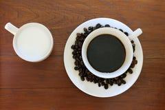De kop van de koffie met de Bonen van de Koffie en melk op grunge wo Royalty-vrije Stock Foto's