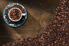 De kop van de koffie met geroosterde koffiebonen Stock Afbeeldingen