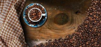 De kop van de koffie met geroosterde koffiebonen Royalty-vrije Stock Foto's