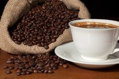 De kop van de koffie met jutezak van geroosterde bonen Royalty-vrije Stock Afbeeldingen