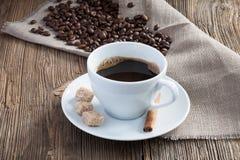 De kop van de koffie met koffiebonen en kaneel Stock Fotografie