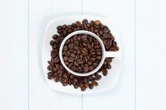 De kop van de koffie met koffiebonen op lijst Royalty-vrije Stock Foto's