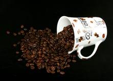 De kop van de koffie met koffiekorrel Stock Fotografie