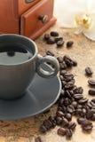 De kop van de koffie met orchideebloem Stock Foto