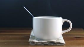 De kop van de koffie met rook stock video
