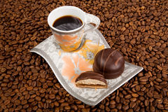 De kop van de koffie met snoepjes Stock Afbeeldingen