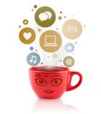 De kop van de koffie met sociale en media pictogrammen in kleurrijke bellen Royalty-vrije Stock Foto