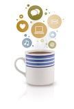 De kop van de koffie met sociale en media pictogrammen in kleurrijke bellen Royalty-vrije Stock Afbeelding