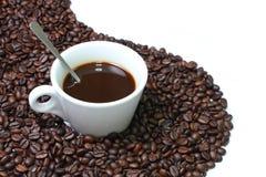 De kop van de koffie op de achtergrond van de koffieboon Royalty-vrije Stock Afbeelding