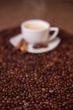 De kop van de koffie op donkere geroosterde bonen Stock Afbeeldingen