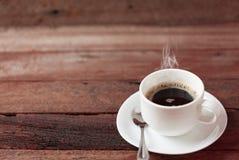 De kop van de koffie op een houten lijst Royalty-vrije Stock Afbeelding