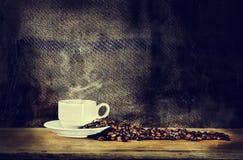 De kop van de koffie op een houten lijst Stock Afbeelding