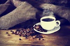 De kop van de koffie op een houten lijst Stock Afbeeldingen