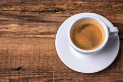 De kop van de koffie op een houten lijst Donkere achtergrond Royalty-vrije Stock Afbeelding
