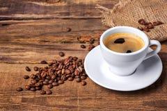 De kop van de koffie op een houten lijst Donkere achtergrond Royalty-vrije Stock Foto