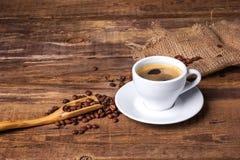 De kop van de koffie op een houten lijst Donkere achtergrond Stock Fotografie