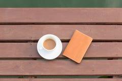 De kop van de koffie op hout Stock Fotografie