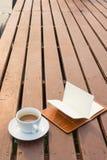 De kop van de koffie op hout Stock Foto's