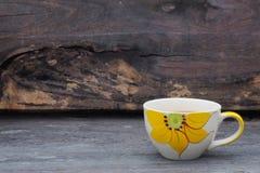 De kop van de koffie op hout Stock Afbeeldingen