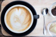 De kop van de koffie op houten lijst Stock Fotografie