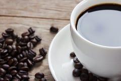 De kop van de koffie op houten lijst Royalty-vrije Stock Afbeeldingen