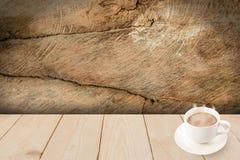 De kop van de koffie op houten textuur Stock Foto