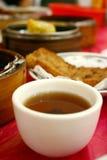 De kop van de thee en schemerige som Stock Foto's