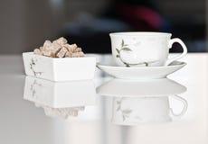 De kop van de thee met bruine suiker royalty-vrije stock fotografie
