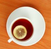De kop van de thee met citroen stock afbeeldingen