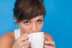 De kop van de vrouw en van de koffie stock afbeelding