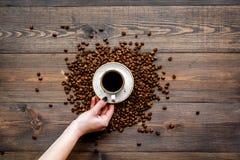 De kop van de handgreep van vers gebrouwen koffie met een volle smaak op de donkere houten mening van de lijstbovenkant Klaar voo Stock Fotografie
