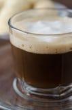 De kop van het glas van koffie met schuimclose-up Stock Afbeelding