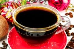 De kop van het Kerstmisstilleven zwarte koffie, bonen, chocolade, Kerstmisboom en ballen Stock Afbeeldingen