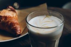 De kop van het Latteglas met croissant Stock Afbeelding