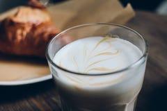 De kop van het Latteglas met croissant Royalty-vrije Stock Foto