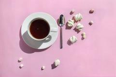 De kop van hete cacao/koffie met heemst op roze lijst, hoogste vlakke mening, legt royalty-vrije stock foto's