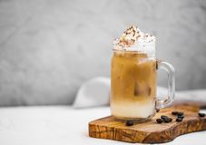 De kop van de ijskoffie met room Stock Afbeeldingen