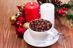 De kop van Kerstmis koffiebonen op houten lijst Royalty-vrije Stock Fotografie