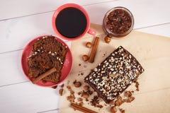 De kop van koffie en donkere cake met chocolade, de cacao en de pruim blokkeren, heerlijk dessert Stock Afbeelding