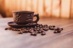De kop van koffie met geroosterde koffiebonen, kan als achtergrond worden gebruikt Stock Fotografie