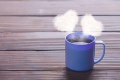 De kop van koffie met hart vormt stoom Royalty-vrije Stock Foto